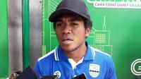Pemain muda Persib Bandung, Fulgensius Billy Paji Keraf mengaku cukup nervous saat dipercaya pelatih Mario Gomez bermain kontra Madura United, Jumat (4/5/2018). (Bola.com/Erwin Snaz)
