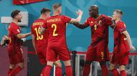 Romelu Lukaku (ke-2 kanan) melakukan selebrasi setelah mencetak gol pertama timnya pada pertandingan sepak bola Grup B UEFA EURO 2020 antara Belgia dan Rusia di Stadion Krestovsky, Saint Petersburg (13/06/2021) dini hari WIB. (AP/Pool/Anatoly Maltse)