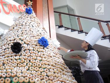 Uniknya Pohon Natal dari Kue Donat di Semarang