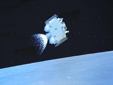 Foto Pusat Kendali Antariksa Beijing (Beijing Aerospace Control Center/BACC) pada 3 Desember 2020 menunjukkan wahana pendaki dari wahana antariksa Chang'e-5 melayang di atas permukaan Bulan. Chang'e-5 yang membawa sampel Bulan pertama China lepas landas dari Bulan pada (3/12). (Xinhua/Jin Liwang)
