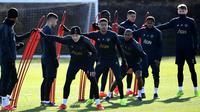 Pemain tengah Manchester United Jesse Lingard (tengah) bersama rekan setimnya berlatih jelang menjamu Paris Saint-Germain (PSG) pada leg pertama babak 16 besar Liga Champions di Manchester, Inggris, Senin (11/2). (FRANCK FIFE/AFP)