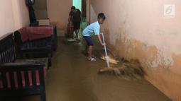 Warga membersihkan rumah mereka akibat banjir yang melanda Kampung Melayu, Jakarta Timur, Senin (25/6). Banjir kiriman ini terjadi akibat hujan deras yang mengguyur wilayah Bogor sejak kemarin. (Liputan6.com/Arya Manggala)