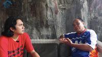 Muchtar Munaji dalam channel YouTube Omah Balbalan. (Bola.com/Aditya Wany)