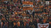 Suporter tim Macan Kemayoran mengibarkan bendera saat menyaksikan laga Persija melawan PSMS di laga pertama semifinal Piala Presiden 2018 di Stadion Manahan, Solo, Jawa Tengah, Sabtu (10/2). Persija menang 4-1. (Liputan6.com/Helmi Fithriansyah)