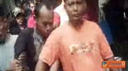 Citizen6, Jakarta: Seorang pencuri motor kepergok warga ketika menjalankan aksinya di kost-kostan daerah Palmerah, Jakarta Barat pukul 09.00 WIB,  Selasa (5/7). Warga kemudian menyerahkan tersangka ke Polsek Palmerah. (Pengirim: Johannes Tirtawijaya)
