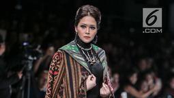 Penyanyi Maia Estianty berjalan di 'catwalk' mengenakan busana rancangan Anne Avantie yang bertajuk Badai Pasti Berlalu pada perhelatan Jakarta Fashion Week 2019 di Senayan City, Jakarta, Selasa (23/10). (Liputan6.com/Faizal Fanani)