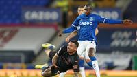 Gelandang Everton, Abdoulaye Doucoure (Kanan) harus berjibaku berebut bola dengan striker Manchester City, Gabriel Jesus, pada laga lanjutan Liga Inggris, di stadion Goodison Park, Kamis (18/2/2021) dini hari WIB.  (AFP / Jon Super)
