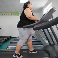 Seorang wanita yang kelebihan berat badan atau obesitas berolahraga di klinik penurun berat badan di Changchun, Jilin, China, Selasa (17/7). (STR/AFP)