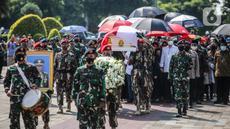 Personel TNI mengusung  jenazah mantan KSAD Jenderal TNI (Purn) Pramono Edhie Wibowo saat pemakaman di Taman Makam Pahlawan Kalibata, Jakarta, Minggu (14/6/2020). Pemakaman Pramono Edhie Wibowo dilaksanakan secara militer. (Liputan6.com/Faizal Fanani)