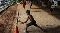 Anak-anak bermain sepak bola di kolong jembatan layang Tanah Abang, Jakarta, Kamis (15/11). Minimnya lahan bermain di Jakarta, kolong jembatan dimanfaatkan anak-anak sebagai tempat bermain dan berkumpul. (Liputan6.com/Fery Pradolo)