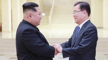 Pemimpin Korea Utara Kim Jong-un berjabat tangan dengan Kepala Delegasi Korea Selatan Chung Eui-yong saat melakukan pertemuan di Pyongyang (5/3). (AFP/Handout)