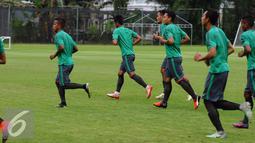 Pemain Timnas Indonesia berlari jelang latihan di SPH Karawaci, Tangerang, Selasa (15/11). Jelang berlaga di Piala AFF 2016, Timnas Indonesia fokus berlatih memaksimalkan peluang tendangan bola mati. (Liputan6.com/Helmi Fithriansyah)