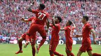 Pemain Bayern Munchen merayakan gol ke gawang Eintracht Frankfurt  di Allianz Arena, Jerman, Sabtu (18/5). Munchen menang 5-1 atas Frankfurt. (John Macdougall/AFP)