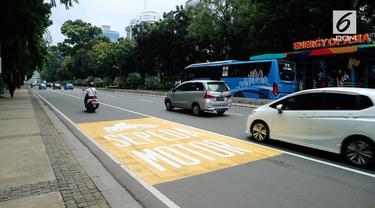 Pasca dicabutnya larangan pengendara motor di jl. MH Thamrin, Pemprov DKI Jakarta membuat marka jalan khusus sepeda motor. Namun, masih banyak yang melanggar.