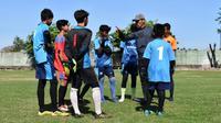 Erick Ibrahim memberikan arahan kepada siswa yang ikut les privat khusus kiper di Lapangan Wiyung Surabaya. (Bola.com/Gatot Susetyo)