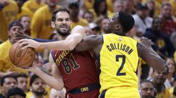 Pemain Cleveland Cavaliers, Jose Calderon (kiri) berusaha melewati pemain Pacers, Darren Collison pada game keenam playoffs NBA basketball di Bankers Life Fieldhouse, Indianapolis, (27/4/2018). Pacers menang 121-87. (AP/Darron Cummings)