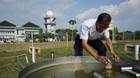 Petugas mengecek penguapan air di Stasiun Klimatologi BMKG DIY (Liputan6.com/Switzy Sabandar)