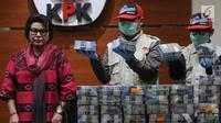 Wakil Ketua KPK Basaria Pandjaitan menyaksikan penyidik menunjukan barang bukti hasil pengembangan OTT di Walikota Kendari Sulawesi Tenggara (Sultra) di gedung KPK, Jakarta, Jumat (9/3). (Merdeka.com/Dwi Narwoko)