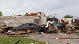 Tornado Hantam AS Saat COVID-19: Atap rumah rusak setelah tornado di Monroe, La, Minggu (12/4/2020). Badai Tornado menghantam Amerika Serikat bagian Selatan saat negara menghadapi pandemi COVID-19 yang menyebabkan kerusakan pada lingkungan dan bandara regional. (Nicolas Galindo/The News-Star via AP)
