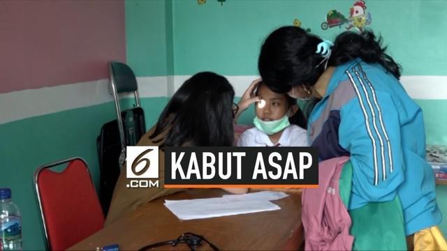 Kabut asap yang menyelimuti Palangka Raya mulai berdampak pada kesehatan warga. Ratusan pasien menderita Infeksi Saluran Pernapasan Akut (ISPA).
