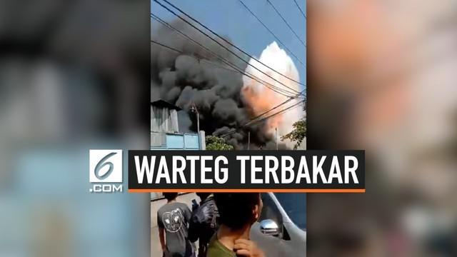 Satu unit kompor di sebuah Warung Tegal (Warteg) meledak. Api menyambar hingga menghanguskan tiga bangunan di sekitarnya. Kejadian ini terjadi di Jalan Permata dalam RT 02/15, Tegal Alur, Kalideres, Jakarta Barat, Selasa (10/9/2019). Dua orang terluk...