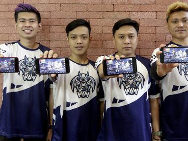 Tim e-Sports, WAW divisi PUBG, foto bersama saat mengunjungi Kantor KLY di Jakarta, Kamis (21/2). Dalam kunjungan itu tim milik Youtuber Reza Arap tersebut berbagi tips dan triks dalam bermain PUBG. (Bola.com/M. Iqbal Ichsan)