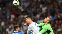 Kiper Espanyol, Pau Lopez (kanan) menghalau bola dari sundulan Cristiano Ronaldo pada lanjutan La Liga Santander di Santiago Bernabeu stadium, Madrid, (01/10/2017). Real Madrid menang 2-0. (AFP/Gabriel Bouys)