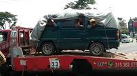 4 pemudik ini memanfaatkan mobil yang digendong truk towing agar tak ketahuan petugas. (foto: Liputan6.com/edhie prayitno ige)