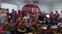 Pelapak Bukalapak Pontianak bersama Ir Marsianus SY, Kadin Operasi dan UMKM Kalimantan Barat (tengah, batik merah). Liputan6.com/Tommy Kurnia