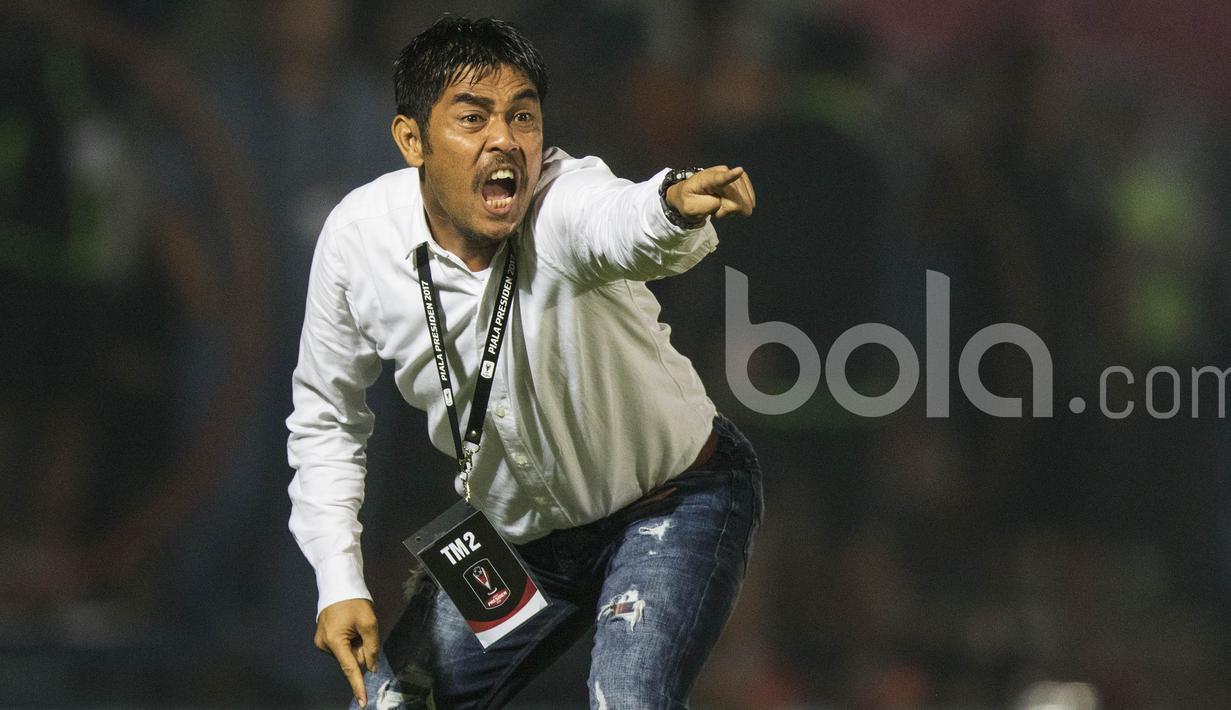 Pelatih Semen Padang, Nil Maizar, merupakan sosok juru taktik yang kerap tampil ekspresif saat mendampingi klubnya bertanding. (Bola.com/Vitalis Yogi Trisna)