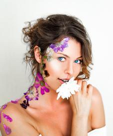 Ilustrasi memakai skincare alami. (unsplash.com/Adrien King).