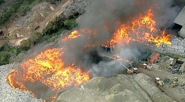 Kebakaran di pabrik daur ulang Melbourne. (Courtesy Seven News)