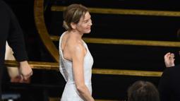 Aktris Renee Zellweger terlihat sebelum menaiki panggung untuk menerima piala Oscar pada ajang Academy Awards ke-92 di Dolby Theatre, Los Angeles, Minggu (9/2/2020). Renee Zellweger berhasil menyabet penghargaan sebagai Aktris Terbaik lewat perannya di film 'Judy'. (AP Photo/Chris Pizzello)