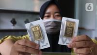 Pekerja menunjukkan emas di galeri 24 Pegadaian, Tangerang, Selasa (7/7/2020). Harga emas Pegadaian khusus batangan 1 gram cetakan Antam hari ini naik Rp 4.000 atau 0,42% ke level Rp 950.000/gram dari harga hari sebelumnya. (Liputan6.com/Angga Yuniar)