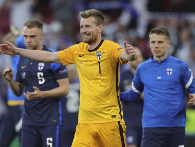Kiper Finlandia, Lukas Hradecky merayakan kemenangan 1-0 atas Denmark. (Foto: Friedemann Vogel/Pool)