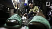 Pekerja menyelesaikan pembuatan sepatu di industri rumahan daerah Kuningan, Jakarta Selatan, Jumat (22/1/2020). Pemerintah terus berupaya mendorong pemulihan UMKM melalui Program Banpres Produktif Usaha Mikro atau BLT UMKM. (Liputan6.com/Johan Tallo)