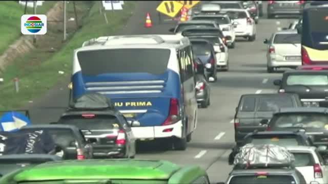 Selain karena tingginya volume kendaraan, banyaknya kendaraan yang masuk rest area 102 ikut memicu kemacetan.