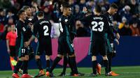 Pemain Real Madrid, Casemiro dan rekan setimnya merayakan gol ke gawang Leganes pada partai tunda pekan ke-16 La Liga Spanyol di Estadio Municipal de Butarque, Rabu (21/2). Real Madrid menang 3-1 atas Leganes meski sempat ketinggalan. (AP/Francisco Seco)