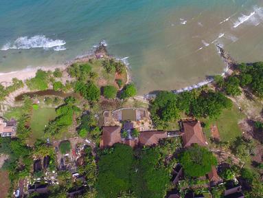 Pemandangan pantai Tanjung Lesung setelah tsunami menerjang daratan, Senin (24/24). Sebanyak 52 jenazah korban tsunami ditemukan di Tanjung Lesung. (AP Photo/Achmad Ibrahim)