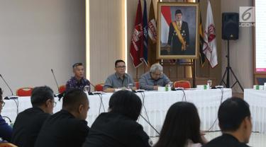 Komisioner KPU, Wahyu Setiawan (kiri) memimpin rapat persiapan debat ke-3 dan ke-4 Capres/Cawapres Pemilu 2019 di Gedung KPU, Jakarta, Selasa (26/2). Rapat berlangsung tertutup dan dihadiri kedua tim pemenangan paslon. (Liputan6.com/Helmi Fithriansyah)