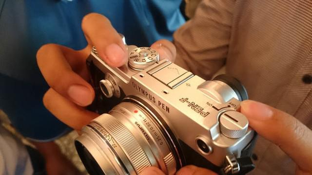 Olympus menghadirkan kamera mirrorless kelas menengah lewat Pen-F yang diklaim mampu membidik gambar yang kualitasnya setara dengan kamera profesional.