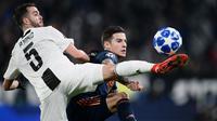 Gelandang Juventus, Miralem Pjanic, berebut bola dengan striker Valencia, Santi Mina, pada laga Liga Champions di Stadion Allianz, Turin, Selasa (27/11). Juventus menang 1-0 atas Valencia. (AFP/Marco Bertorello)