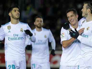 Para pemain Real Madrid merayakan gol Gareth Bale (kanan) ke gawang CD Numancia  pada laga Copa Del Rey di Nuevo Estadio Los Pajaritos stadium, Soria, (4/1/2018). Madrid menang 3-0. (AFP/Cesar Manso)
