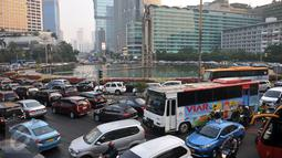 Kendaraan terjebak macet jelang jam berbuka puasa di Bundaran Hotel Indonesia, Jakarta, Senin (6/6).Kemacetan juga dikarenakan sejumlah perkantoran di Jakarta memulangkan karyawannya lebih awal. (Liputan6.com/Johan Tallo)