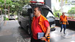 Tahanan korupsi berjalan memasuki Gedung Komisi Pemberantasan Korupsi (KPK) untuk mengikuti kebaktian, Jakarta, Jumat (3/4/2015).  (Liputan6.com/Herman Zakharia)