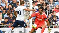 Kiper Juventus, Gianluigi Buffon, beusaha mengamankan gawangnya dari striker Tottenham, Harry Kane, pada laga persahabatan di Stadion Wembley, London, Sabtu (5/8/2017). Tottenham menang 2-0 atas Juventus. (AFP/Olly Greenwood)