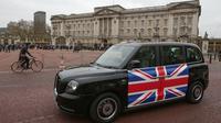 Taksi listrik, TX eCity diuji jalankan dekat Istana Buckingham di London, Inggris, Selasa (5/12). Taksi hitam bertenaga listrik tersebut disebut-sebut merupakan yang pertama di London. (AFP PHOTO / Daniel LEAL-OLIVAS)