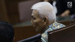 Terdakwa suap dana hibah Kemenpora ke KONI yang juga Sekjen KONI Johnny E Awuy saat menjalani sidang pembacaan tuntutan di Pengadilan Tipikor, Jakarta, Kamis (9/5/2019). JPU KPK menuntut hukuman kepada Johnny dua tahun penjara, denda Rp 100 juta. (Liputan6.com/Helmi Fithriansyah)