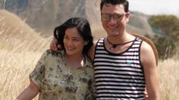 Potret kompak Titi Kamal dan Christian Sugiono  mengenakan outfit adventure. (Liputan6.com/IG/titi_kamall)