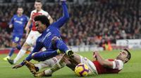 Bek Arsenal, Sokratis Papastathopoulos, berebut bola dengan gelandang Chelsea, Willian, pada laga Premier League di Stadion Emirates, Sabtu (19/1). Arsenal menang 2-0 atas Chelsea. (AP/Frank Augstein)